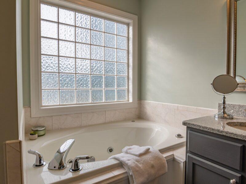Sådan inddrager du it-løsninger ved opførelse af badeværelse på første sal